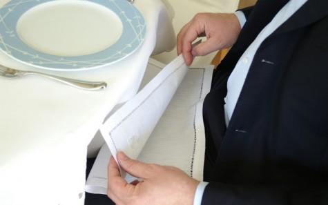 Quy tắc ứng xử khi dùng bữa của một quý ông - đặt khăn ăn lên đùi - elleman