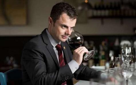 Quy tắc ứng xử khi dùng bữa của một quý ông - cách cầm ly rượu - elleman