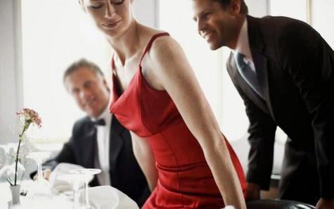 Quy tắc ứng xử khi dùng bữa của một quý ông - kéo ghế - elleman