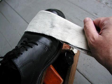 Lau khô giày bằng vải sạch.