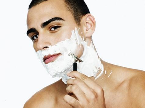 Không nên xịt trực tiếp kem cạo râu lên da