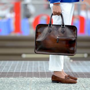 Cách chọn túi xách nam phù hợp với hoàn cảnh