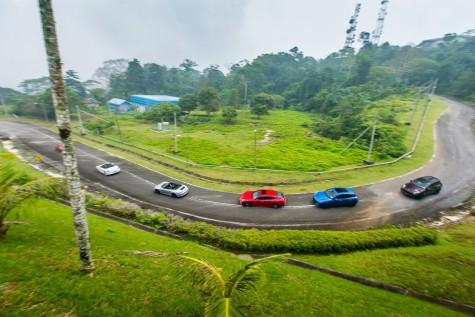 Dòng xe Porsche thong dong trên đường giữa khung cảnh Langkawi hùng vĩ