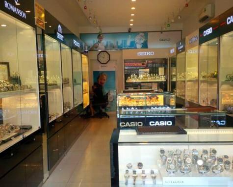 Bên trong một gian hàng đồng hồ Hải Triều.