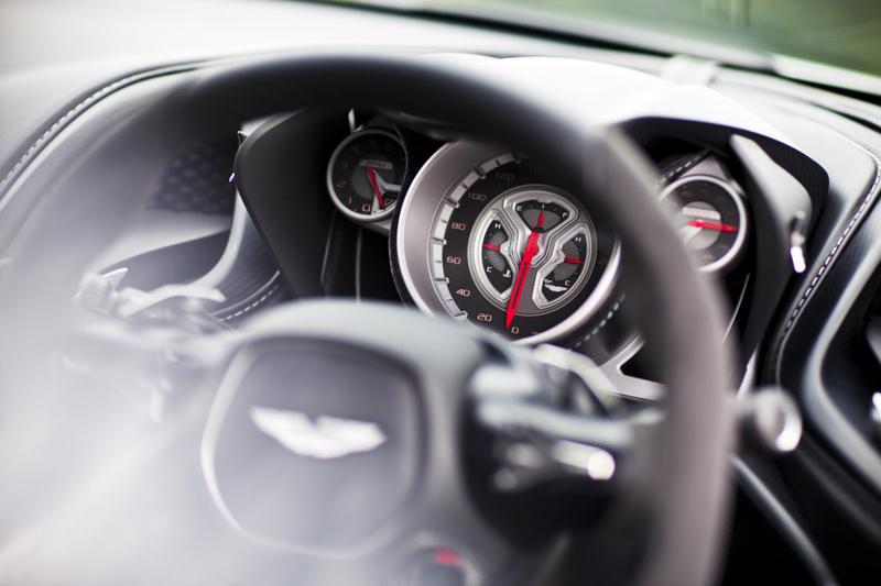 Hãng Aston Martin quyết định không chạy theo xu hướng đồng hồ Digital mà lựa chọn kiểu analog truyền thống.