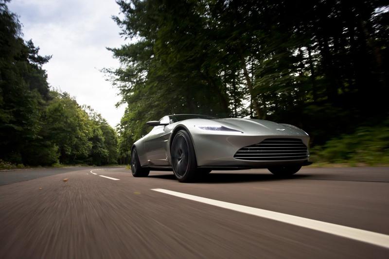 Thiết kế thấp với những đường cong mềm mại giúp Aston Martin DB10 trông như luôn ở trong tư thế SET - READY -RACE.