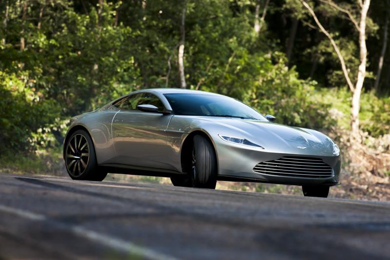Dù sử dụng lốp sau lớn để đảm bảo khả năng vận hành trên đường thẳng và hẹp, Aston Martin DB10 vẫn làm tốt nhiệm vụ tại những khúc cua.