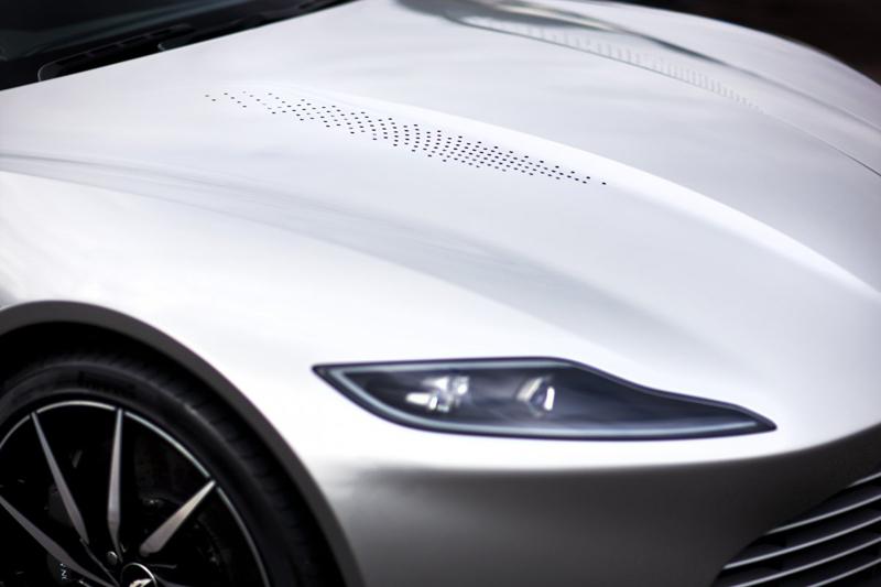 Được tạo hình dưới bàn tay giám đốc thiết kế sáng tạo của hãng Aston Martin, DB10 là chiếc xe thật mà nam tài tử Craig lái trong phim. Có một số chiếc xe được tạo ra để thực hiện những cảnh quay mạo hiểm. Trong khi đó, phần lớn những cảnh quay khác đều sử dụng chiếc Aston Martin DB10 này.