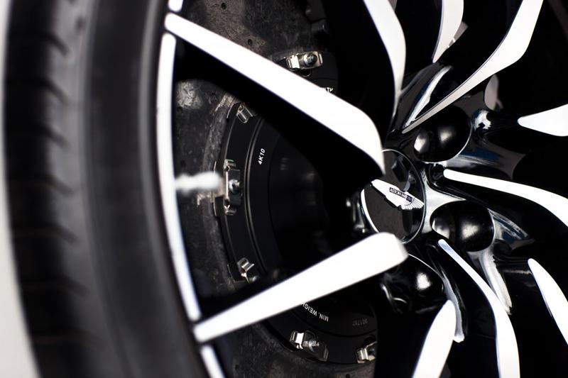 Bánh xe được trang bị lốp Pirelli và phanh đĩa lớn để giảm tốc ở tốc độ cao hoặc khi ôm cua gấp. Cả 2 trang thiết bị này đều cần thiết cho chiếc xe có vận tốc tối đa là 305 km/h như Aston Martin DB10.