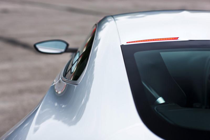 Chỉ có 10 chiếc DB10 được sản xuất và duy nhất 1 chiếc được bán ra thị trường với giá 1,5 triệu USD, khoảng 33,5 tỷ Đồng. Cần nói thêm, chiếc Aston Martin DB10 này hoàn toàn được phép lưu thông trên đường phố công cộng.