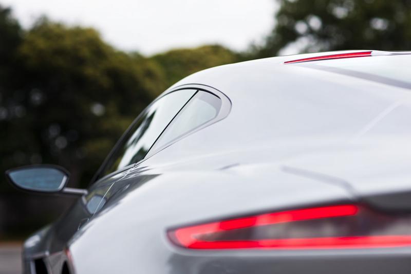 Gương chiếu hậu của Aston Martin DB10 được cải tiến sao cho trông góc cạnh hơn và giảm lực cản không khí cũng như tăng tốc độ.