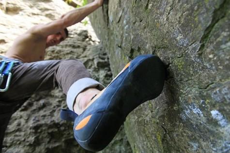 Giày leo núi cũng khác giày bình thường ở chỗ đế bằng phẳng, không có đinh nhưng lại có độ cứng và độ bám rất tốt. Mũi giày nhô lên cao một chút ở phần đầu, vì khi leo núi, ngón cái của bạn chính là điểm tựa quan trọng nhất. Chỗ nhô lên đó sẽ rất thoải mái cho ngón chân bạn hoạt động. Thường, những đôi giày leo núi sẽ ôm rất khít chân, để giữ cho giày không tuột khi đang thực hiện các động tác khó