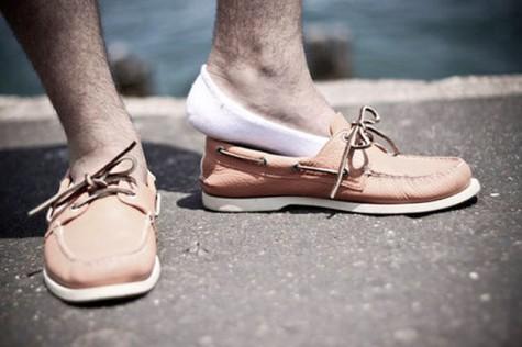 Tuyệt đối không được để lộ phần tất khi mang boat shoes cùng quần short, tất tàng hình là một sự lựa chọn tuyệt vời.