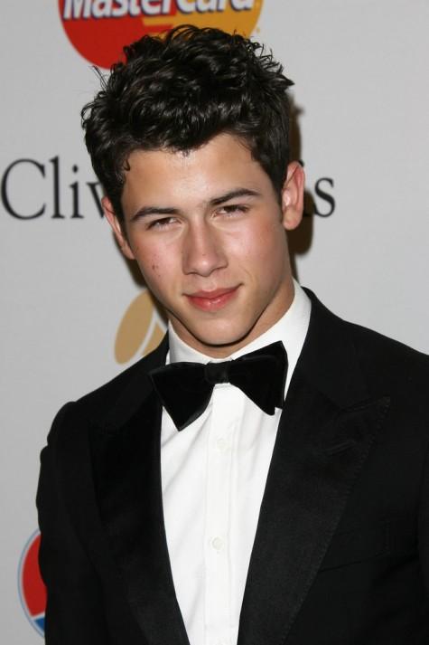 Tóc ngắn sát với độ xoăn vừa phải cũng được Nick Jonas áp dụng thành công