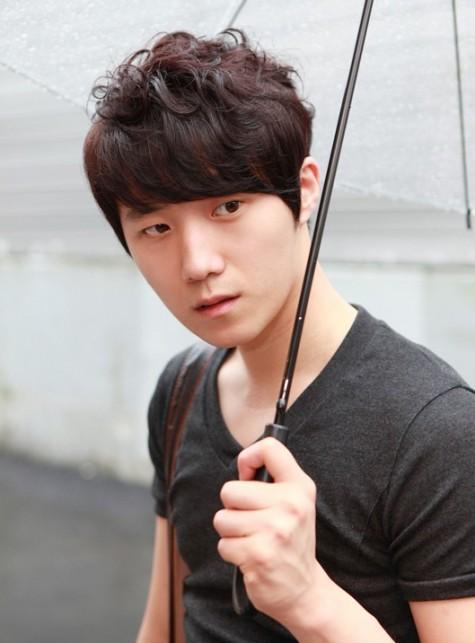 Đây là kiểu tóc uốn được nhiều chàng trai Hàn Quốc vận dụng