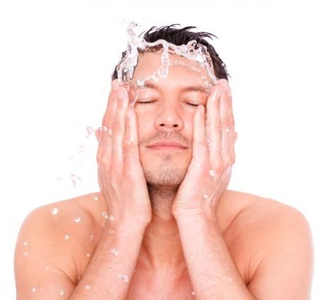 mẹo trị mụn hiệu quả cho nam giới - washing face - elleman