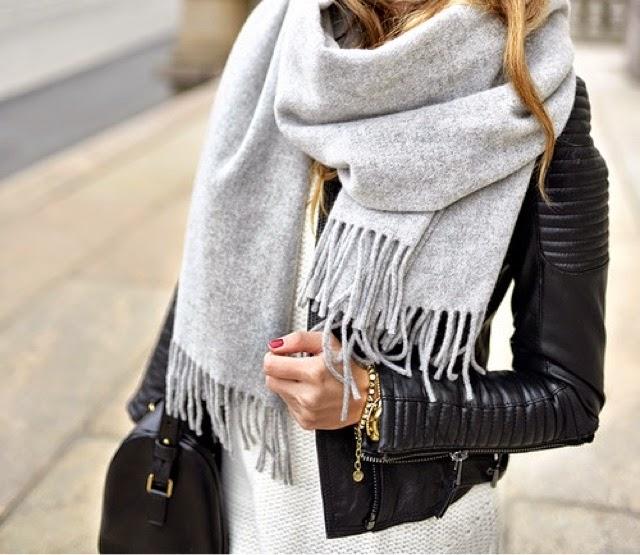 Thật ấm áp khi được choàng chiếc khăn cổ do người yêu tặng trong ngày sinh nhật, nhất là vào dịp mùa lạnh cuối năm như thế này.