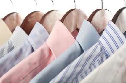 Bạn nên treo những áo sơ mi, để giữ chúng luôn thẳng nếp