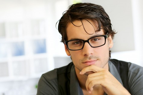 Kính mắt nam phải được đánh giá bởi nhiều yếu tố, từ thiết kế kiểu dáng đến chất lượng của kính