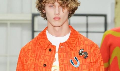 Màu cam tươi là lựa chọn các nhà thiết kế thường tránh xa. Bới sự khó khăn trong việc phối trang phục cũng như màu da.