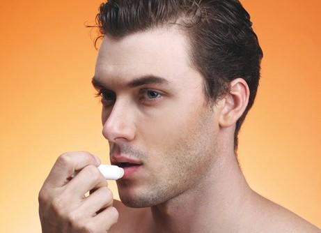 Mặc là nam, các bạn cũng nên chăm sóc môi mình nhé! với môi đôi môi mềm mại bạn có thể chốt nàng từ nụ hôn đầu đấy