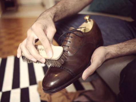Đánh bóng không chỉ duy trì độ mới của chiếc giày da nam bạn, mà còn tăng tuổi thọ của đôi giày mắc tiền bạn đang sở hữu đấy!