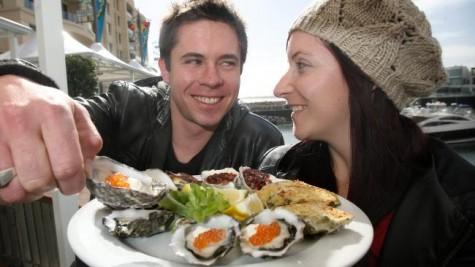 Hàu là món hải sản mà cả nam lẫn nữ ai ai cũng thích, bởi đây không chỉ là thức ăn ngon bổ mà còn là món khoái khẩu cho của quý đàn ông.