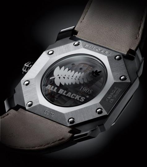 Biểu tượng hình chiếc lá của đội bóng All Blacks được in trên mặt sau của đồng hồ