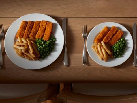 Sự khác nhau giữa 2 dĩa chất đầy thức ăn khá lớn, nhưng bạn thử lấy một tay che lại, các bạn sẽ nhận thấy dĩa nhỏ mang lượng thức ăn vừa đủ để lắp khoảng trống trong bụng của bạn.
