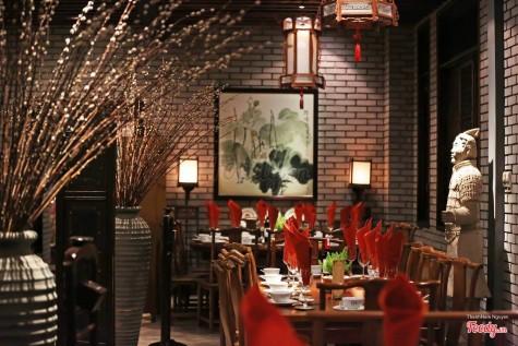 Bước vào trong, bạn như bị choáng ngợp bởi sự lộng lẫy của nét châu á. Từ món ăn đến phong cảnh đều vô cùng đẹp, không hỗ danh là một nhà hàng lãng mạn.