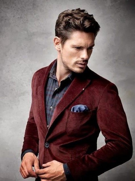 Khoác áo vest bên ngoài áo sơ mi caro nam