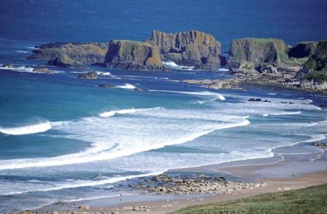 Vẻ đẹp đặc trưng với dải sóng trắng ở White Park Bay trên cung đường Coastal Way.