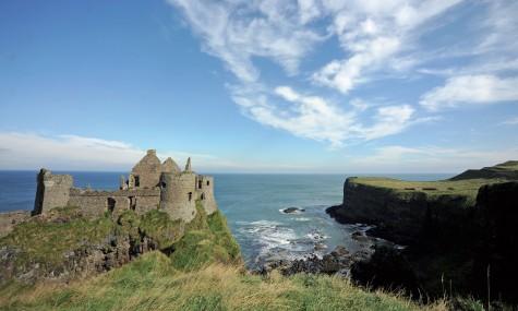 Lâu đài Dunluce trên mỏm đá nhô ra biển khơi