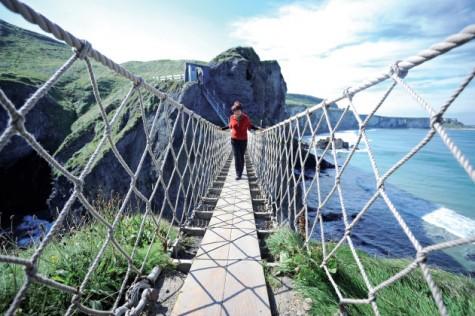 Cây cầu treo trứ danh Carrick-a-Rede nay được gia cố vững chãi để phục vụ du khách