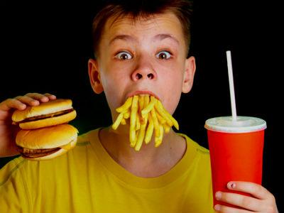 Quên bữa rồi ăn dồn, dẫn đến việc cơ thể không thể hấp thụ lượng thức ăn một cách đúng đắn. Có hại cho cơ thể lắm các chàng à !