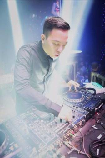 """""""Nhạc sĩ hòa âm được yêu thích nhất 2015"""" - DJ Hoàng Touliver xuất hiện và mang lại những giai điệu vô cùng gây """"nghiện"""" với âm nhạc La French Touch – dòng nhạc disco được biến tấu độc đáo kết hợp với âm thanh điện tử."""