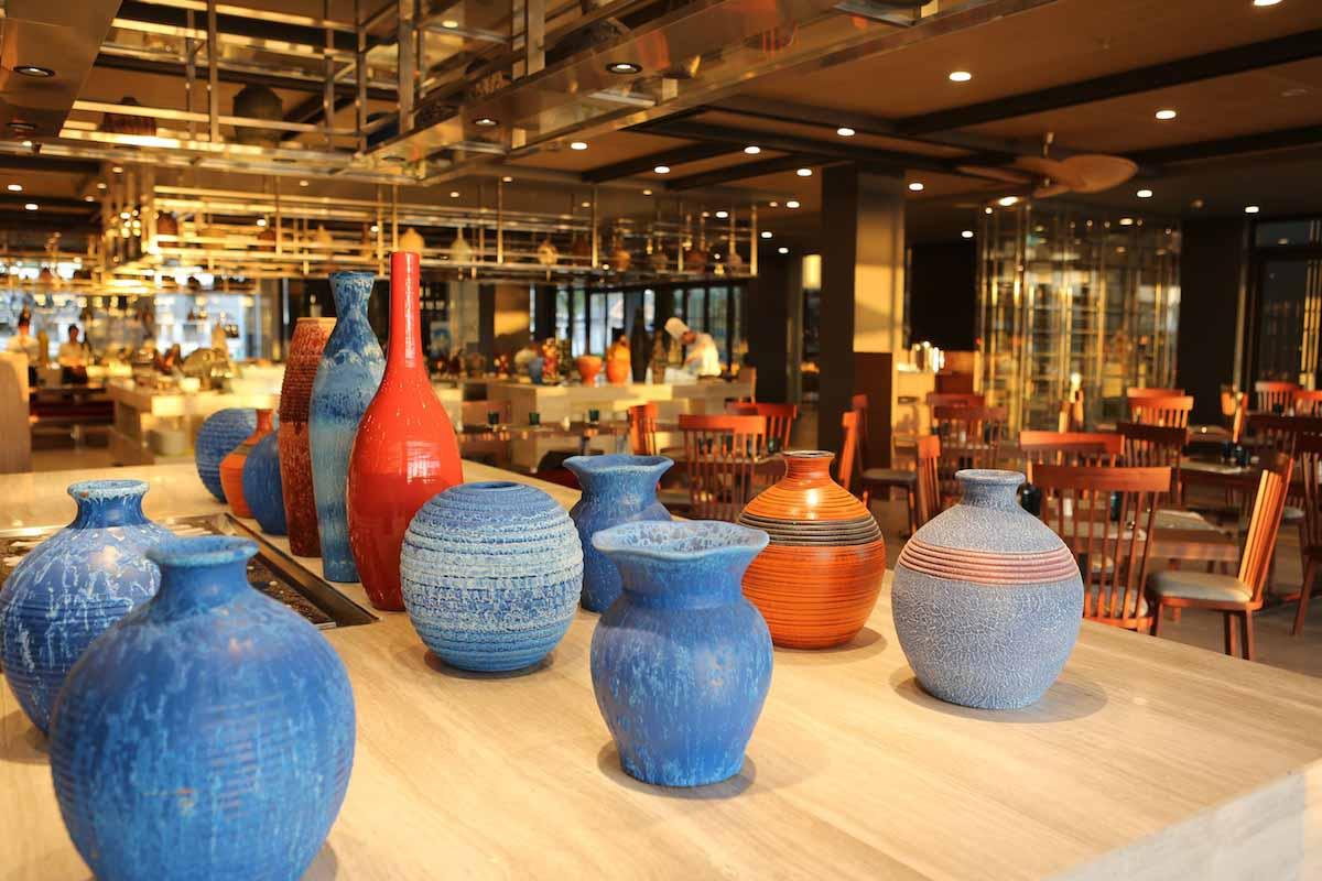 Khu nghỉ dưỡng bao gồm hai nhà hàng mang phong cách đương đại và ba quán bar