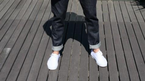 Xắn gấu quần sẽ tôn lên vẻ thời thượng của những đôi sneaker da trắng
