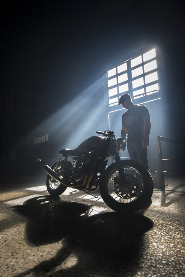 Ryan Reynolds & Triumph Thruxton cafe racer 3 - elle man