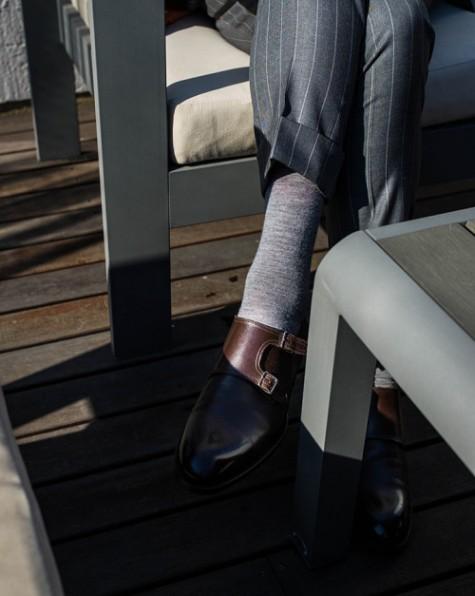 Để giảm bớt sự trang trọng, thay vì đi một đôi oxford thì monk strap là một sự lựa chọn không hề tồi.