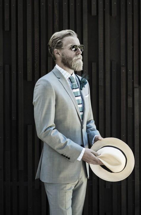 Đàn ông hãy mặc suit jacket có vạt dưới đủ che hết mông.