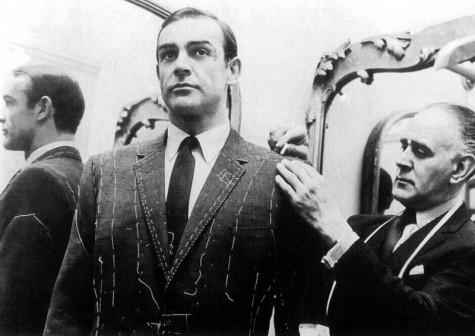 Thợ may đường Savile Row đang đo may một bộ bespoke cho Sean Connery.