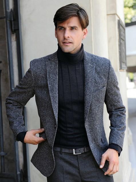 Sport jacket thường có túi nắp gập hai bên, phom dáng hơi thô nhưng được mặc nhiều và thường xuyên nhất trong 3 loại áo