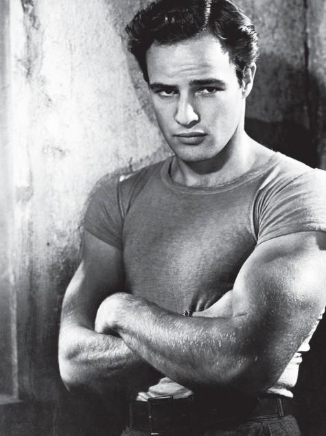 Những nam diễn viên kỳ cựu như Marlon Brando và James Dean đã góp phần lăng xê và đưa chiếc áo T-Shirt đến gần với số đông.