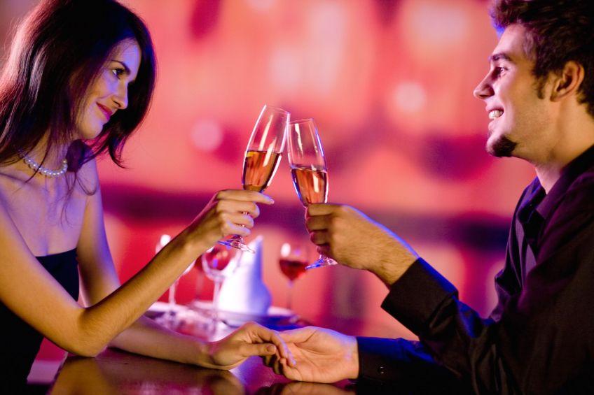 Buổi hẹn hò đầu tiên là cơ hội chỉ để hai bạn gặp gỡ, tìm hiểu lẫn nhau, do đó hãy để mọi thứ thật chậm rãi, trôi theo dòng cảm xúc.