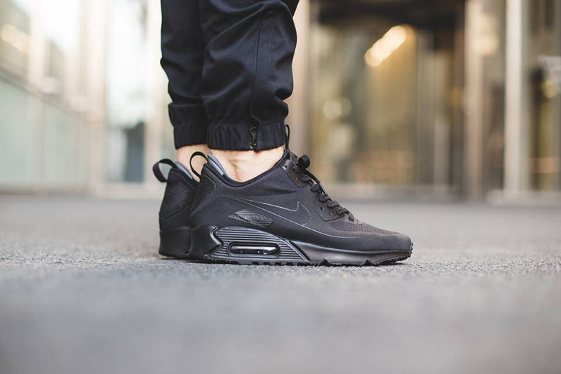 phong cach thoi trang all-black -Nike Air Max 90 in black - elle man 1