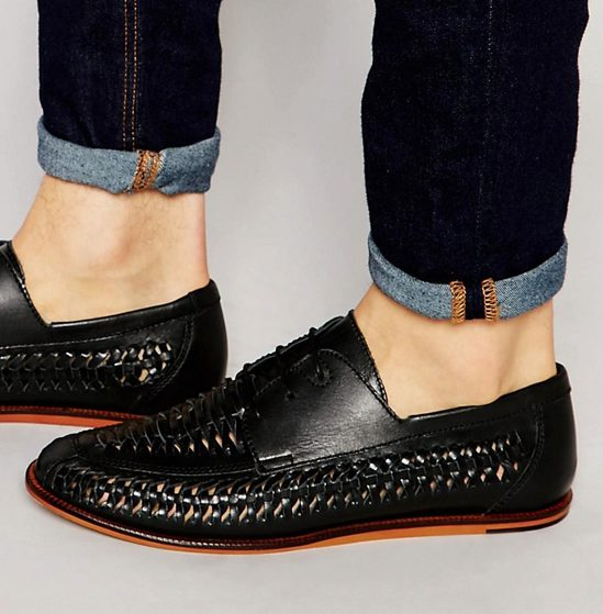 phong cach thoi trang all-black - Pull&Bear Woven Leather Loafers In Black - elle man 1