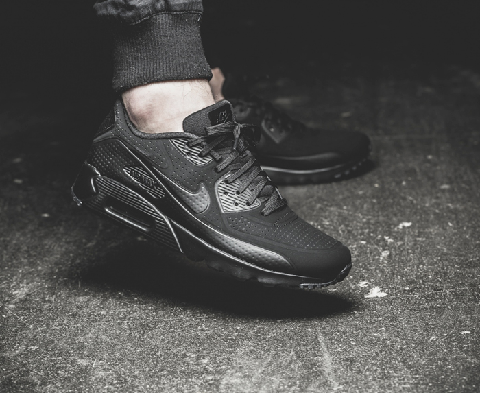 5 kieu giay the thao - all-black - Nike Air Max 90 Ultra Moire - elle man