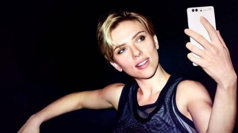 """Mọi người cảm thấy hiếu kỳ khi thấy Scarlett Johannson cầm một chiếc điện thoại có khắc chữ """"Leica""""."""
