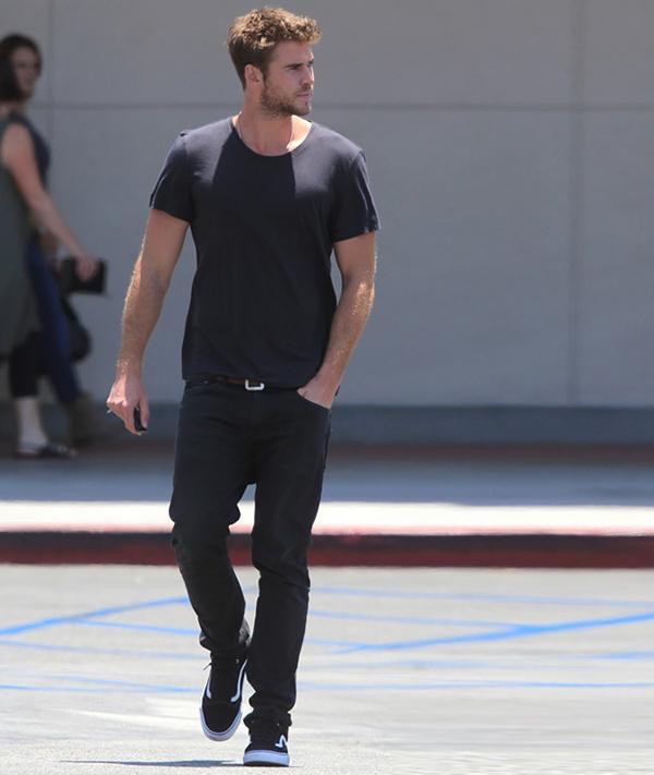 phong cach thoi trang Liam Hemsworth - all-black 1 - elle man